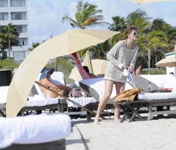 http://img7.imagevenue.com/loc375/th_312529634_Mischa_Barton_Bikini_Candids_on_the_Beach_in_Miami_December_27_2011_202_122_375lo.jpg